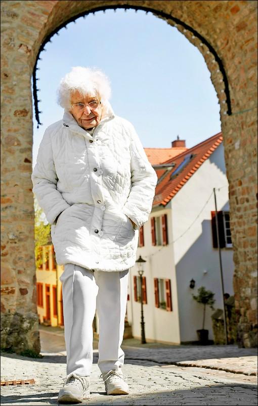 百歲人瑞阿嬤海瑟退休前曾是體育教師,多年來一直希望重啟鎮內泳池。(路透)