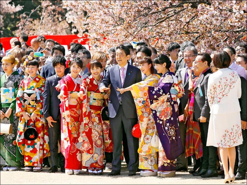 日本首相安倍晉三(圖中)十三日在東京新宿御苑舉辦上任以來的第八次賞櫻會。(歐新社)