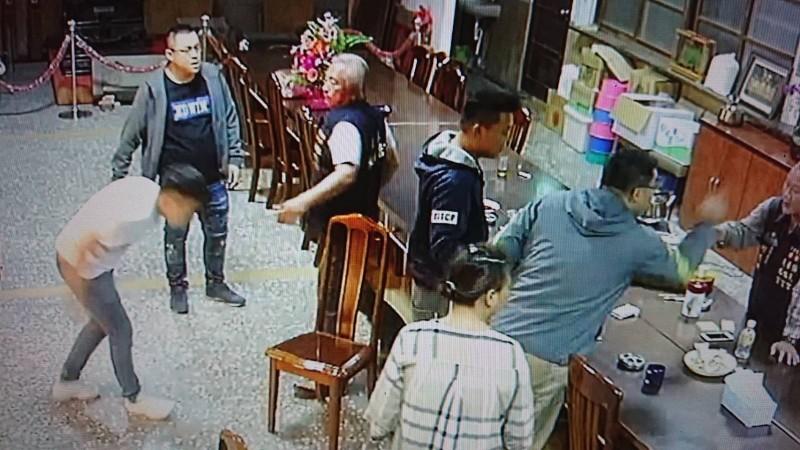 兩位具警察身份男子為父親撐腰,率眾跑到水仙宮辦公室逞兇。(記者蔡宗勳翻攝)