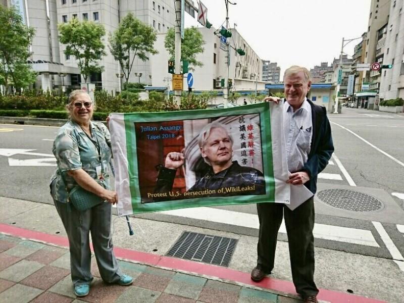 維基解密網站(Wikileaks)創辦人阿山吉(Julian Assange)11日在英國被捕,可能引渡美國,恐面臨終身監禁審判。在台人權工作者艾琳達今天到美國在台協會(AIT)前舉布條抗議,呼應「全球聲援維基解密阿山吉同步行動」,捍衛言論、出版與新聞自由。(艾琳達提供)