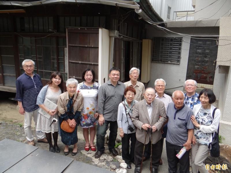 日人住吉秀松的九十三歲次子住吉弘光(前排右三)與家族成員回到住吉家族位於台南市區的日式木造老家回顧巡禮。(記者王俊忠攝)