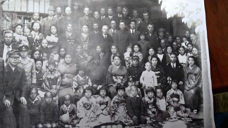 住吉秀松家族成員於1943年新春在台南市區青年路老家合照。(第二排右五戴黑色學生帽為住吉弘光)。(記者王俊忠翻攝)
