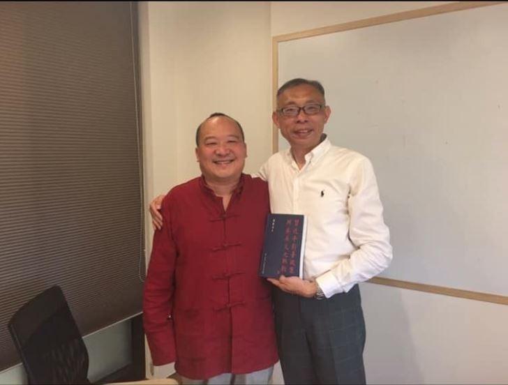 范世平13日在臉書發文PO出2年前與李毅的合照,表示兩年前李毅曾來台師大拜訪,范還送了一本自己寫的書給他。(圖擷取自范世平臉書)