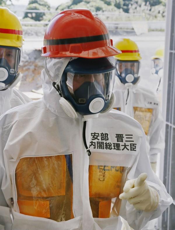 2013年9月安倍晉三視察核電廠。(法新社)