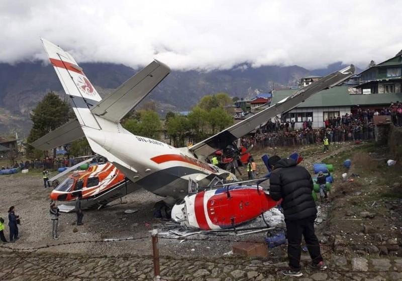 尼泊爾上午發生一起飛機意外,1架準備起飛的飛機撞上2架直升機,造成3人喪生,5人受傷。 (歐新社)