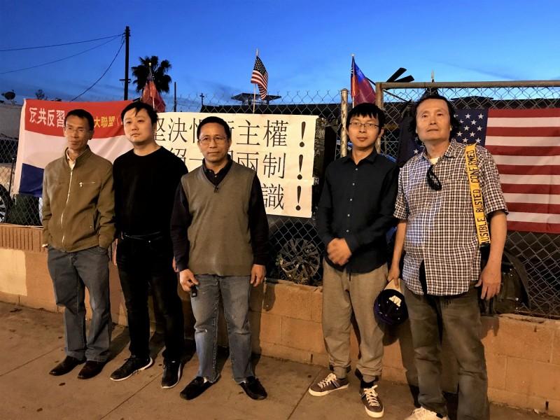 高雄市長韓國瑜13日出席洛杉磯僑宴,場外有5名抗議人士,表達「提醒台灣人民,在中共專制的統治下,將完全喪失自由」。(中央社)