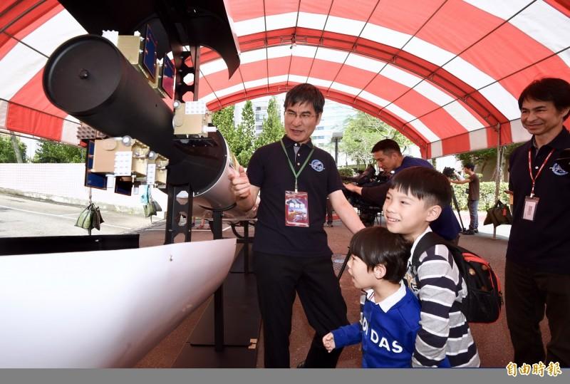 國家太空中心14日舉行福衛七號衛星啟運記者會,科技部長陳良基(左一)出席活動,會前與小朋友觀看福衛七號模型。(記者羅沛德攝)
