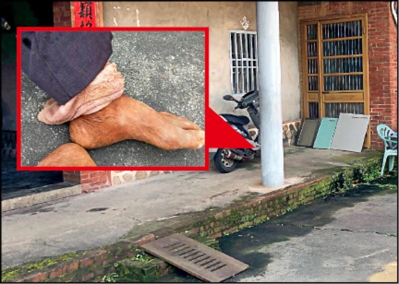 陳姓老翁被綁在門口石柱,鐵鍊以毛巾包裹。(記者鄭名翔翻攝)