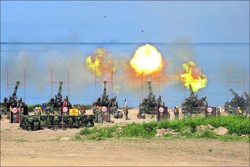 國防部遵照蔡英文總統指示,國防預算額度要逐年增加至少二%來維持國防戰力。圖為天雷操演火力震撼。(資料照)