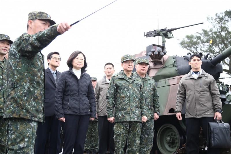 蔡總統去年二月視導陸軍關指部,了解大台北防衛作為及各型戰車現況,也就是在這個場合,讓蔡英文總統下定決心,要採購新型戰車。(圖:軍聞社提供)