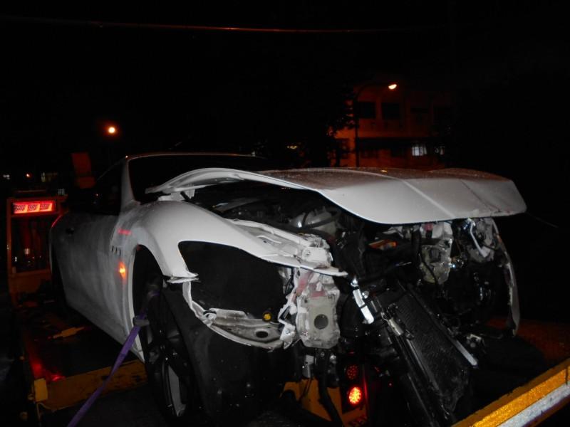 愛車毀損嚴重,黃姓駕駛雖未受傷,但仍心痛不已。(記者鄭名翔翻攝)(記者鄭名翔攝)