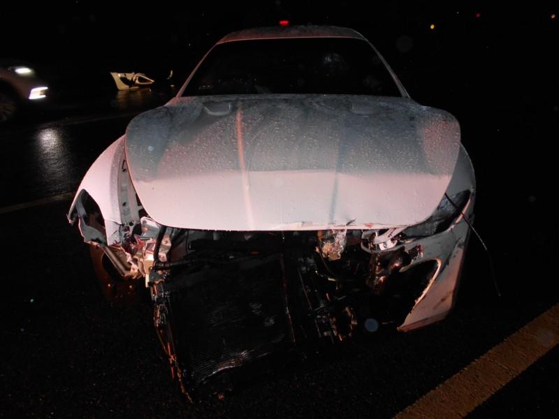 白色「海神」瑪莎拉蒂因天雨失控打滑,撞上護欄,所幸未波及其他車輛。(記者鄭名翔攝)