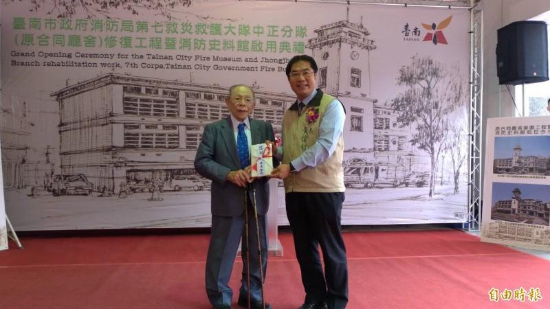 日人住吉弘光代表把家族50萬日幣捐給消防局,南市長黃偉哲(右)代表接受。(記者王俊忠攝)