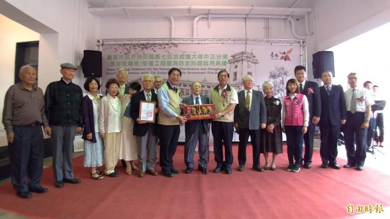 台南市府回贈消防公仔給住吉弘光及住吉家族成員留念。(記者王俊忠攝)