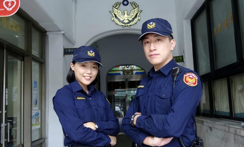 桃園市員警試穿新制服。(記者李容萍翻攝)