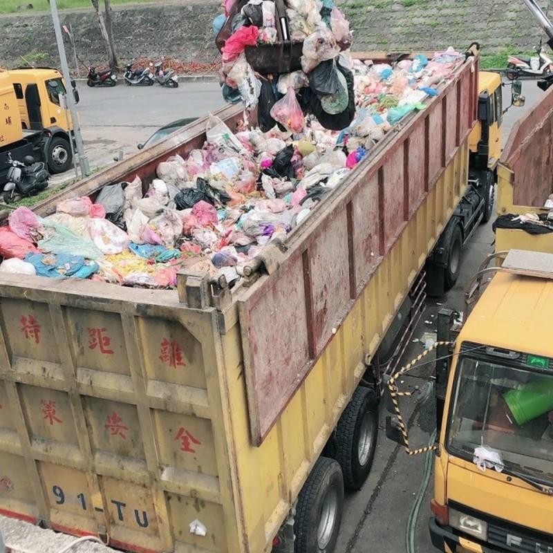 埔里鎮清潔隊垃圾轉運車日前外運垃圾焚化處理,遭查驗分類不落實,整車退運。(記者佟振國翻攝)
