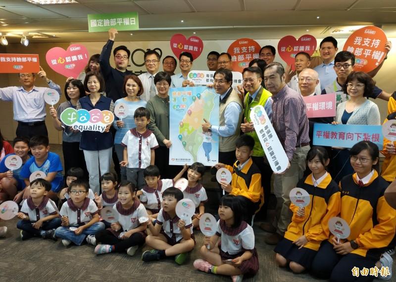 市長黃偉哲與陽光基金會簽署支持承諾書,同時宣布台南市將成為我國第一個推動「履歷不貼照」的臉部平權友善城市。(記者蔡文居攝)
