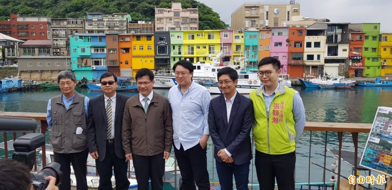 交通部長林佳龍(左3)今天到正濱漁港色彩屋行銷觀光,邀請國人利用小鎮漫遊補助機會,到各地出遊。(記者俞肇福攝)