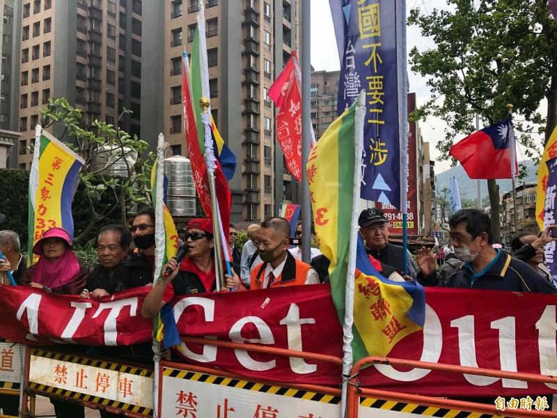 美國在臺協會(AIT)今下午在內湖新館舉行「台灣關係法(TRA)」友誼酒會,總統蔡英文、美國前眾議院議長保羅萊恩與多位政要都將出席。不過場外聚集約20人,高喊「American Get Out(美國人滾出去)」。(記者呂伊萱攝)