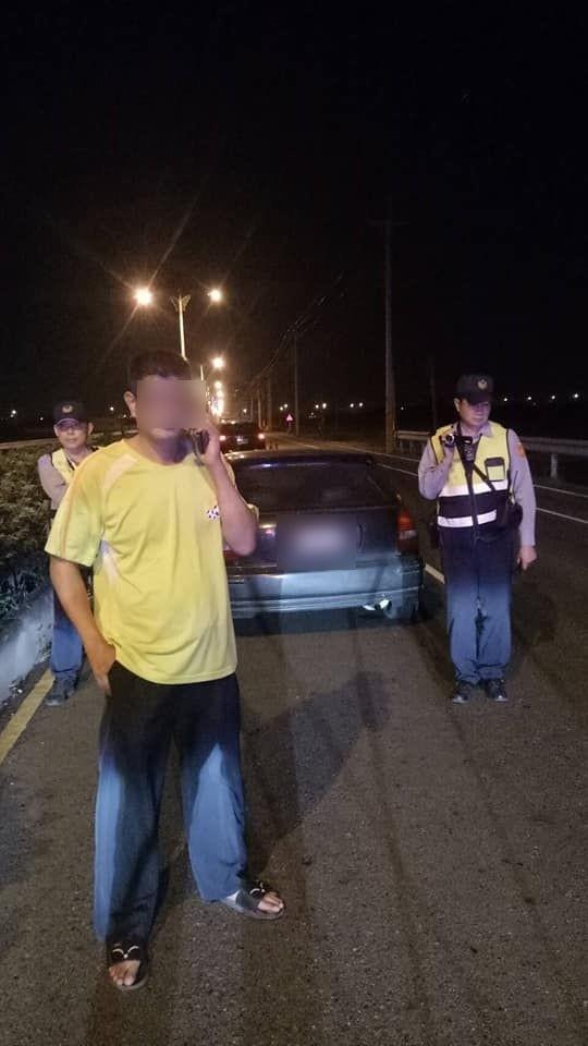 吳男(左)6次酒駕撞死2人還不怕,12日又酒駕被逮。(記者林國賢翻攝)