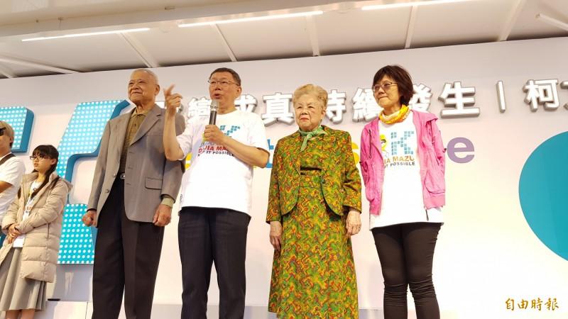 台北市長柯文哲完成大甲媽遶境行程,返回大甲區,柯爸爸及柯媽媽也趕來相挺。(記者歐素美攝)