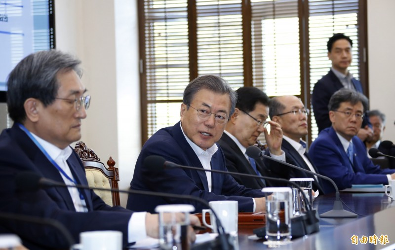 南韓總統文在寅(圖左2)15日舉行會議,會中呼籲北韓領導人金正恩舉行第4次兩韓「文金會」。(美聯社)