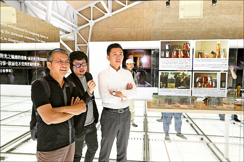 新竹市長林智堅(右)視察2020台灣設計展主場館。(記者蔡彰盛翻攝)