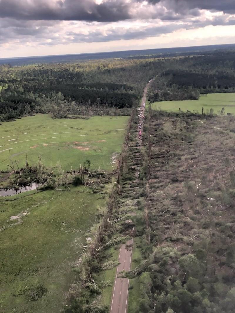 龍捲風過境,讓美國南部的道路也被嚴重摧殘。(圖擷自推特)