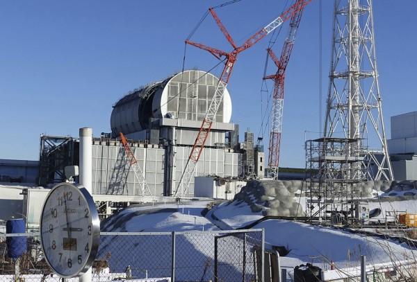 從輻射量最高的3號機開始,東電今日首度嘗試從「用過核燃料池」中取出核燃料。(美聯社)