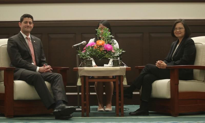 總統蔡英文(右)15日在總統府接見美國聯邦眾議院前議長萊恩(Paul Ryan)(左),蔡總統說,感謝萊恩在議長任內,領導眾議院通過許多重要的友台法案和決議案。(中央社)