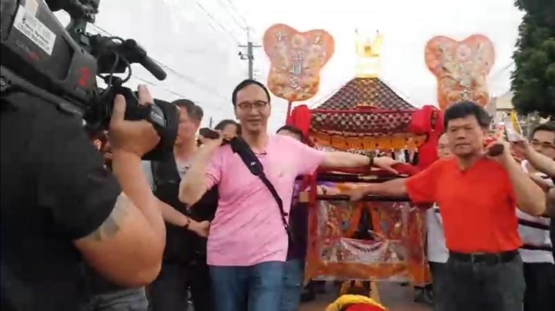 前新北市長朱立倫(左)今年隨大甲媽遶境,還首度體驗扛轎。(資料照)