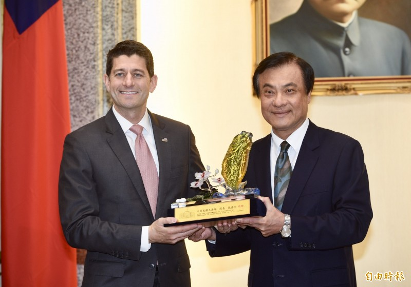 立法院長蘇嘉全(右)15日會見美國聯邦眾議院前議長萊恩(左)。(記者羅沛德攝)
