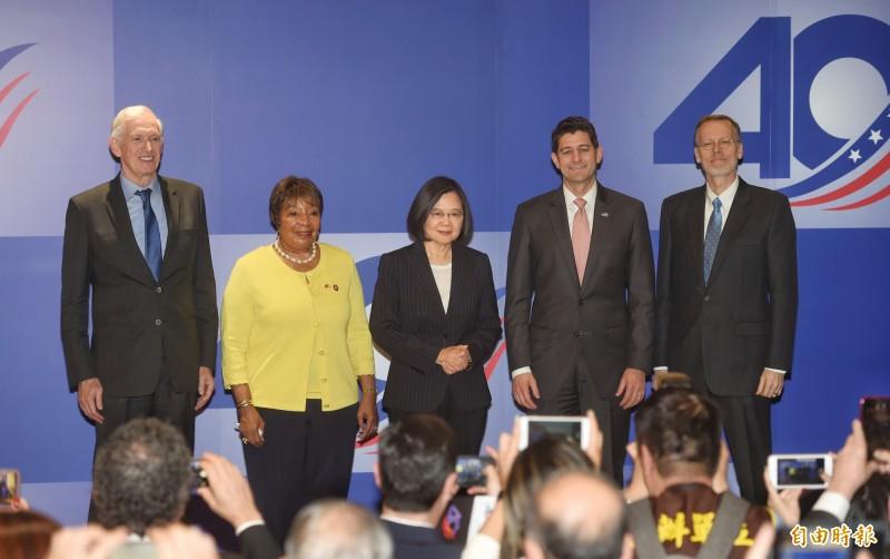 AIT 15日舉行「台灣關係法 & AIT@40:40年友誼慶祝酒會」,總統蔡英文(中)、前美國眾議院議長保羅‧萊恩(右2)、美國眾議員艾笛‧伯尼斯‧強森(左2)、AIT主席莫健(左1)、AIT處長酈英傑(右1)出席。(記者方賓照攝)