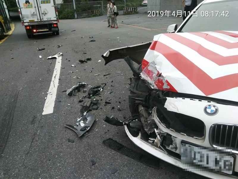 紅斑馬逆向駛出,撞擊物流車側面。(圖擷取自臉書社團「職業聯結車、大貨車、大客車、拉拉隊、運輸業照片影片資訊分享團」)