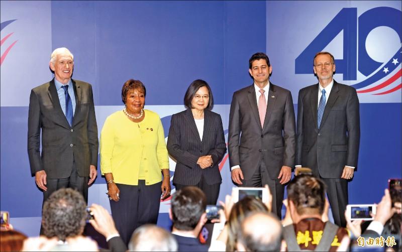 AIT昨舉行台灣關係法40年友誼慶祝酒會,總統蔡英文(中)、美國前眾議院議長萊恩(右二)、眾議員強森(左二)、AIT主席莫健(左一)、AIT處長酈英傑(右一)出席。 (記者方賓照攝)