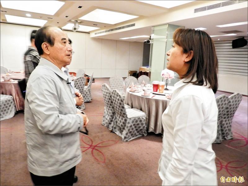 前立法院長王金平昨晚南下高雄,參加國民黨議員餐敘,針對黨內初選未定,他表示靜靜地等待。(記者葛祐豪攝)