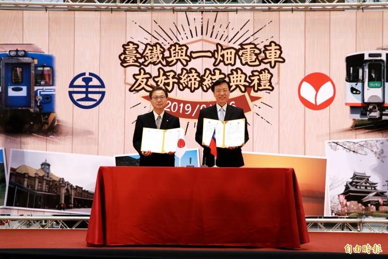 台鐵局長張政源(右)、一畑電車社長吉田伸司(左)簽約締結友好鐵道。(記者鄭瑋奇攝)
