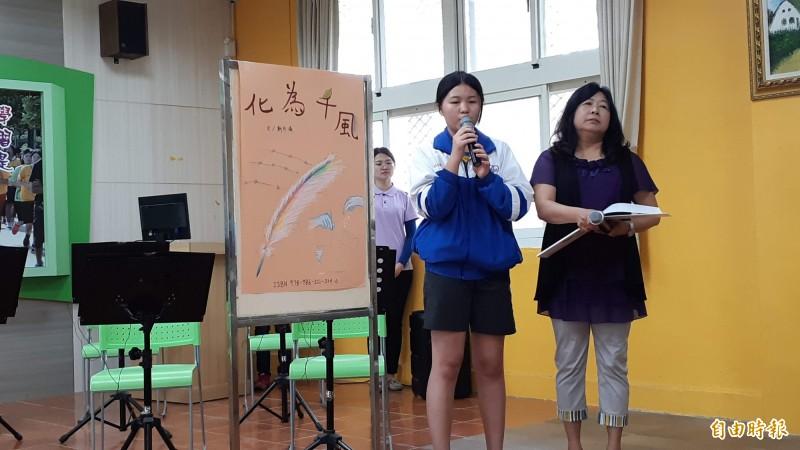 卑南國中校長游數珠(右)去年靠女生學潘依涵(左)介紹看「化為千風」這本書,獲得撫慰,走出傷痛。(記者黃明堂攝)