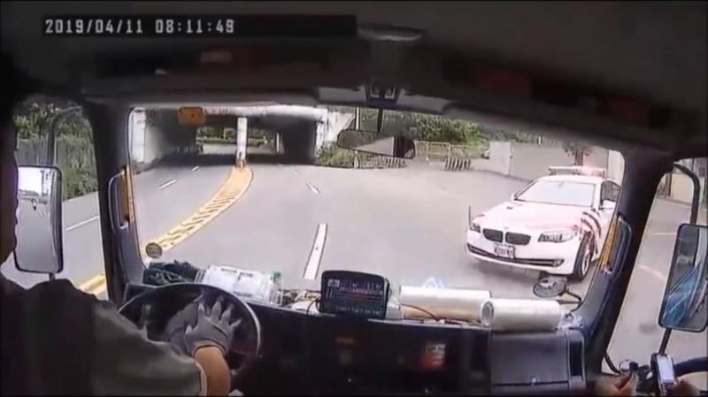 行車紀錄器拍下車禍過程。(記者曾健銘翻攝)