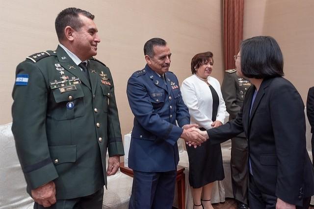 蔡英文總統在總統府接先來台參訓的友邦高階軍官。(圖擷取自總統府網站)