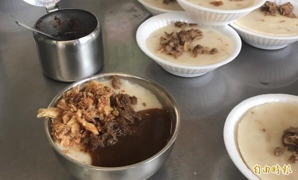 碗粿灑上油蔥酥、菜脯,淋上醬油膏。(記者顏宏駿攝)