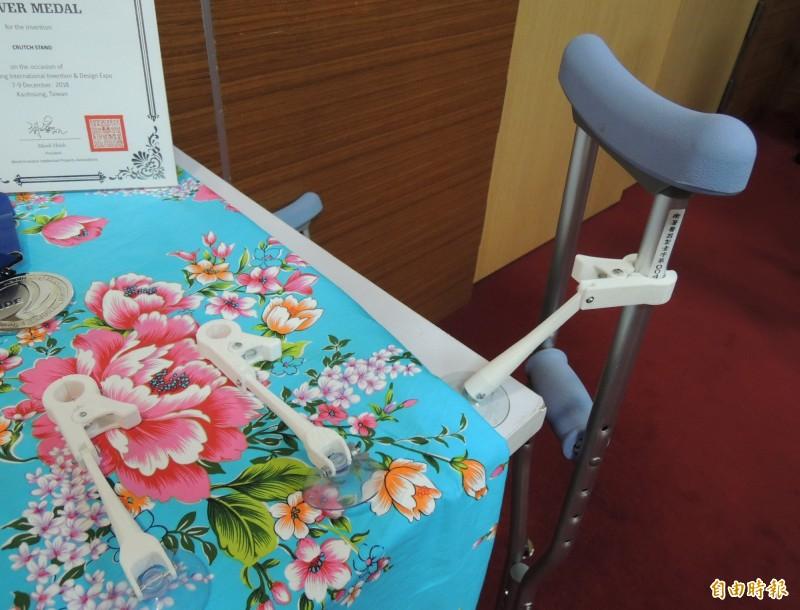 私立仁德醫專學生所設計的「枴杖站立架」,可固定拐杖,攜帶方便。(記者張勳騰攝)