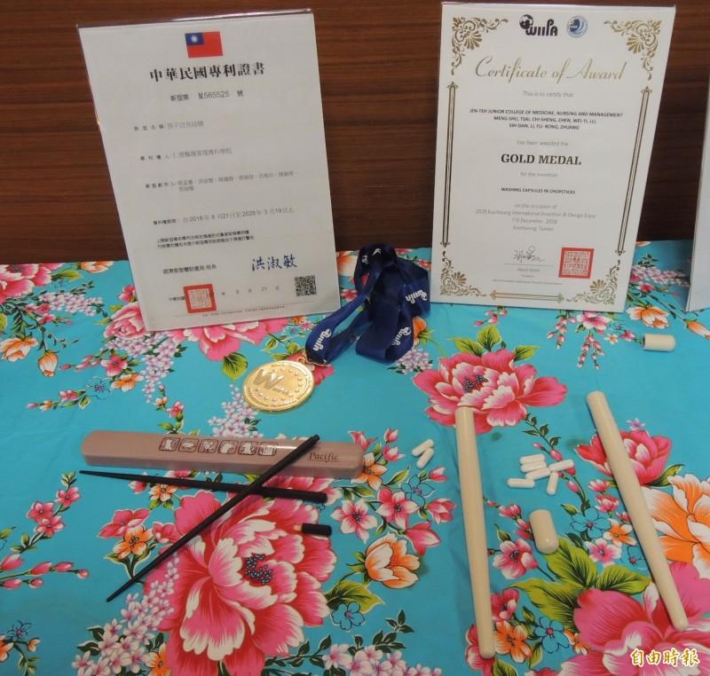 私立仁德醫專學生所設計的「筷子洗滌膠囊」,用完餐在筷子中拿出一個膠囊與水混合搓揉起泡後,即可完成清洗動作,相當環保。(記者張勳騰攝)