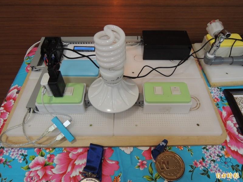 私立育達科大及君毅高中學生合作研發的「智慧型具互動式水監測儀表」獲得發明展銀牌。(記者張勳騰攝)