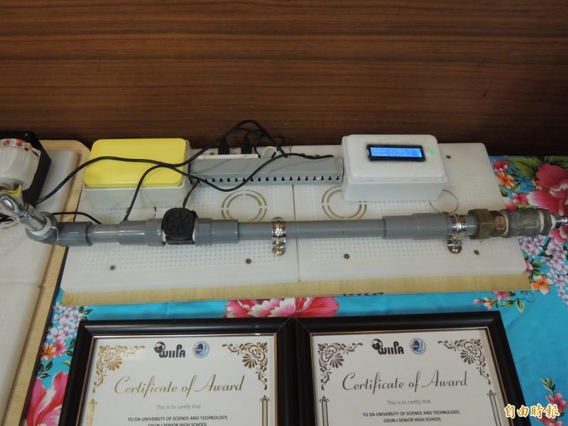 私立育達科大及君毅高中學生合作研發的「居家用智慧型具互動式電力監測儀器」獲得發明展金牌。(記者張勳騰攝)