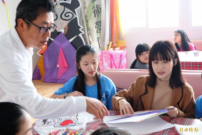 連俞涵和老梅國學童在風藝術營區風箏高手李青田(左白衣服者)協助下,動手合組石門特色的「微風型風箏」和「室內風箏」。(記者陳心瑜攝)