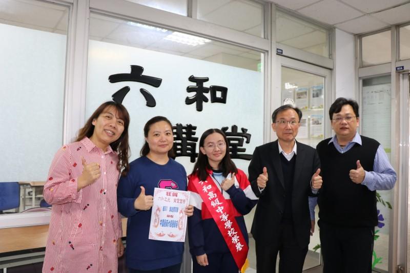 桃園市六和高中學生葉雨霈(中)繁星計畫錄取中國醫藥大學醫學系。(六和高中提供)