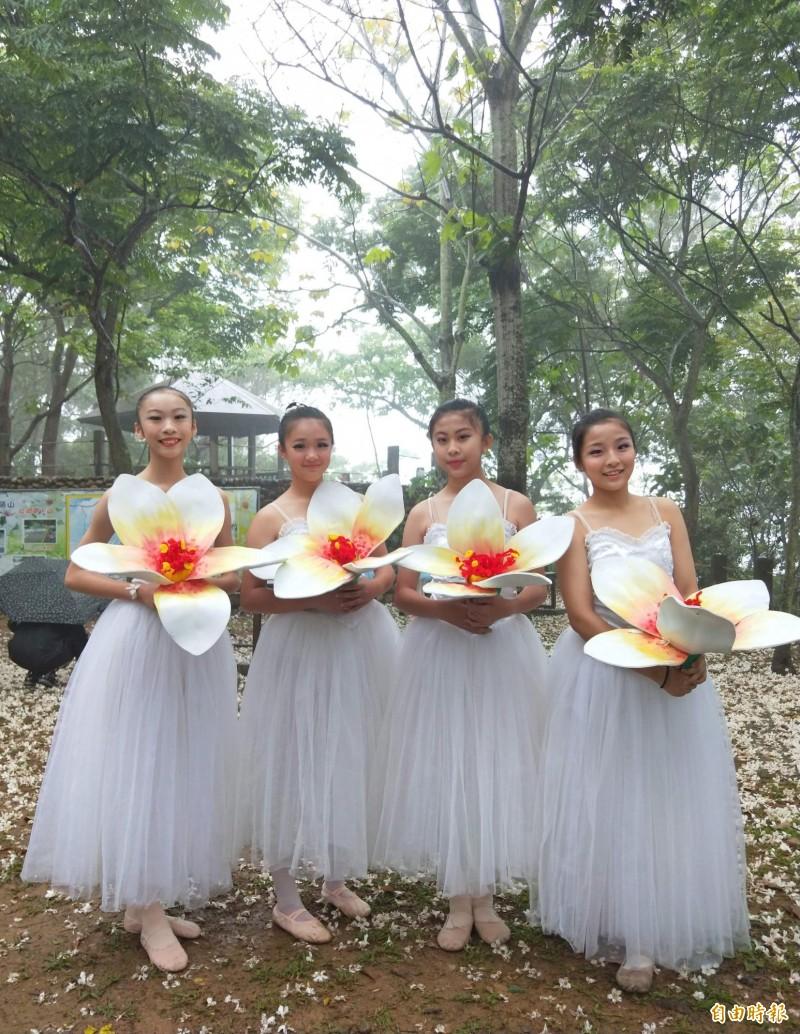 員林藤山步道油桐花盛開期,員林市公所邀請花仙子到場起舞為活動暖身。(記者陳冠備攝)