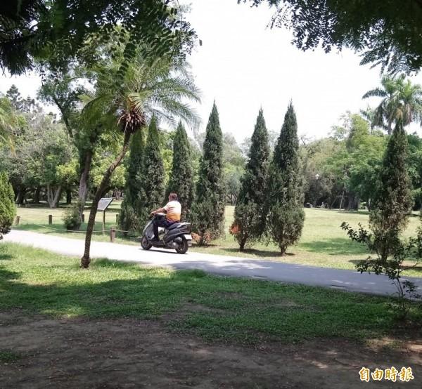 騎機車闖進公園挨罰 竟提訴願稱「尿急」…