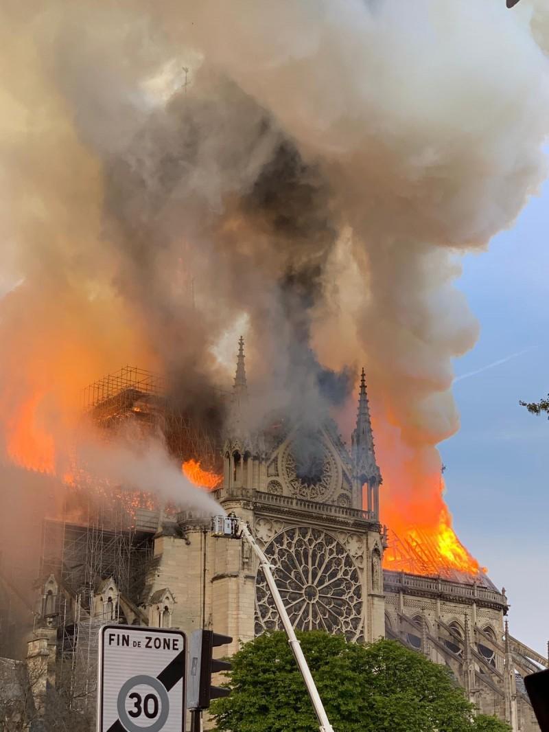 巴黎警方緊急封鎖市區,派出雲梯車試圖搶救。(法新社)